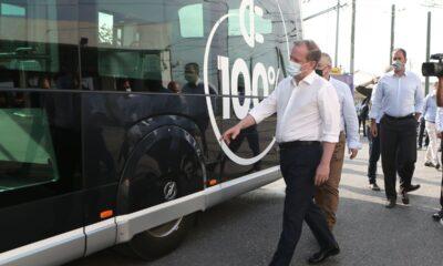Ο Κ. Καραμανλής στη δοκιματική κυκλοφορία του ηλεκτρικού λεωφορείου-τραμ-Πηγή: ΥΠΟΜΕ