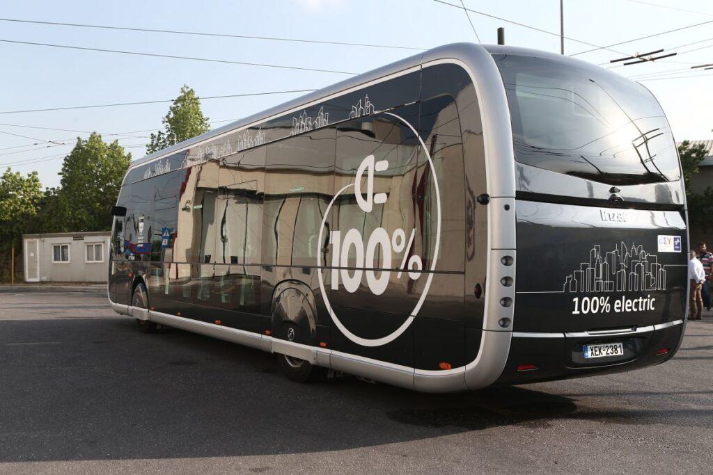 Το ηλεκτρικό λεωφορείο Irizar ie tram που μοιάζει με τραμ, στους δρόμους της Αθήνας - Πηγή: ΥΥΠΟΜΕ